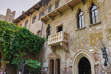 Casa di Giulieta, Juliets house courtyard with famous empty balcony view, Verona, Veneto, Italy, Europe
