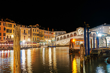 Night view of illuminated Ponte di Rialto, Rialto pedestrian stone arch bridge and traditional Grand Canal buildings, Venice, UNESCO World Heritage Site, Veneto, Italy, Europe