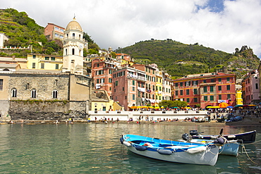 Boats in the harbour at Vernazza, Cinque Terre, UNESCO World Heritage Site, Liguria, Italy, Europe