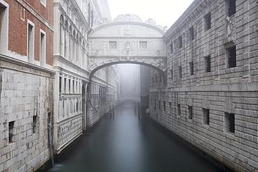 Bridge of Sighs in the fog, winter, Venice, UNESCO World Heritage site, Veneto, Italy, Europe