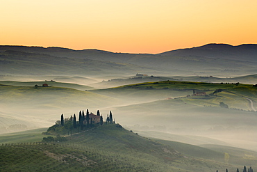 Podere Belvedere and misty hills at sunrise, Val d'Orcia, San Quirico d'Orcia, UNESCO World Heritage Site, Tuscany, Italy, Europe