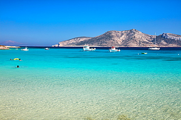 Koufonisi beach and boats, Keros island in the background, Koufonisi, Cyclades Islands, Greek Islands, Greece, Europe