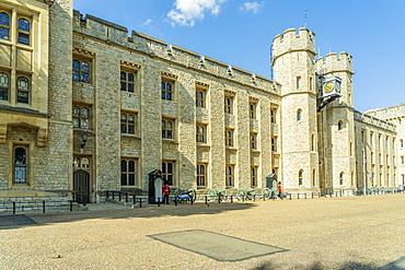 Queens Guards at Jewel House, The Tower of London, UNESCO World Heritage Site, London, England, United Kingdom, Europe