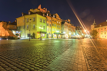 Historic buildings at the Castle Square (Plac Zamkowy) at night, Old City, UNESCO World Heritage Site, Warsaw, Poland, Europe