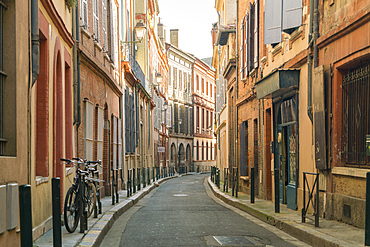 An alley in the heart of the old city of Toulouse, Haute-Garonne, France, Europe