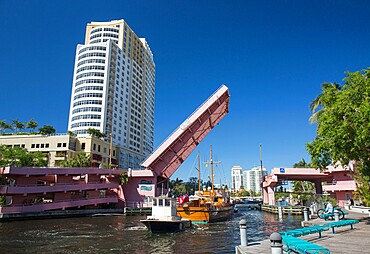Boats on the New River passing beneath Andrews Avenue drawbridge, Downtown, Fort Lauderdale, Florida, USA
