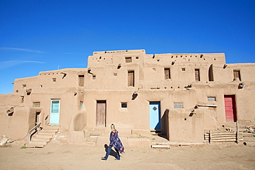 Woman visitor at Taos Pueblo, UNESCO World Heritage Site, Taos, New Mexico, United States of America, North America