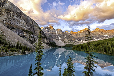 Sunrise at Lake Moraine, Banff National Park. UNESCO World Heritage Site, Alberta, Canadian Rockies, Canada, North America