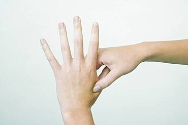 The Do In is an automassage technique of chinese origin, then imported in Japan. This technique is based on the pressure of certains points (acupressure) aiming at correcting body disorders. Pressure of the point Large intestine 4 then rotation. Aim : treatment of migraine, nausea, asthma, nervous breakdown, indigestion.