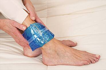 Hot and cold pack. For ankle pains the hot pack is used for rheumatisms, arthritis and arthrosis whereas the cold pack is used for sprains and tendinitis. The pad must be used with the protection cover.