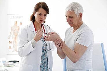 Consultation, elderly p. in pain