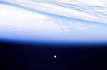 Full Moon, Earth's Horizon and Airglow from ISS