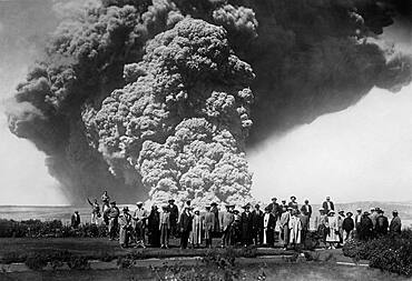 Crowd at Kilauea Eruption,1924