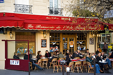 People sitting outside a Brasserie on the Ile St. Louis, Paris, France, Europe