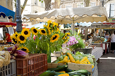 Sunflowers and vegetables on sale in a weekly market in Town Hall Square, Aix-en-Provence, Bouches-du-Rhone, Provence, France, Europe