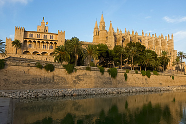 La Seu (Cathedral of Santa Maria of Palma) and the Royal Palace of Almudaina in Palma, Majorca, Balearic Islands, Spain, Mediterranean, Europe