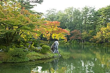 Autumn foliage on Horajima Island in Kasumi Pond in the Kenrokuen Garden, Kanazawa, Ishigawa, Japan, Asia
