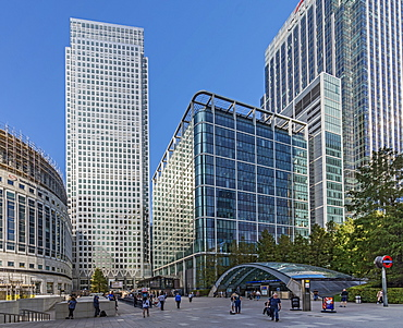 I Canada Square, Reuter's Plaza and the entrance to Canary Wharf Station, Docklands, London, England, United Kingdom, Europe