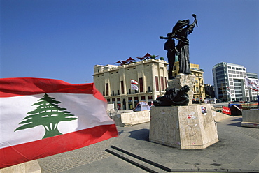 Lebanese flag and the Martyrs statue in the BCD, Place des Martyrs in the reconstructed city, Beirut, Lebanon, Middle East