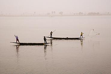 Fishing on the river Niger, Niger Inland Delta, Segou region, Mali, West Africa, Africa