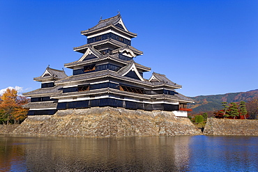 Matsumoto-jo (Matsumoto Castle), the three-turreted donjon built in 1595 in contrasting black and white, surrounded by a moat, Matsumoto, Nagano Prefecture, Chubu, Central Honshu, Japan, Asia