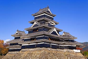 Matsumoto-jo (Matsumoto Castle), three-turreted donjon built in 1595 in contrasting black and white, Matsumoto, Nagano Prefecture, Central Honshu (Chubu), Japan, Asia