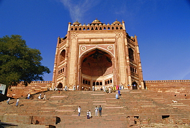 The Gate of Victory, 54m high, Dargah Mosque (Jami Masjid), at the Moghul emperor Akbar's capital, Fatehpur Sikri, Uttar Pradesh, India