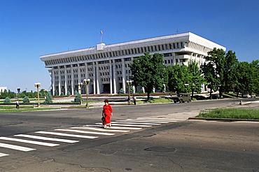 Parliament Building, Bishkek, Kirghizstan, Central Asia, Asia