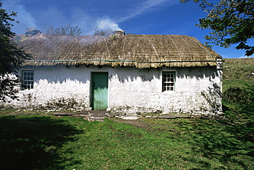 Traditional thatched cottage near Glencolumbkille, County Donegal, Ulster, Eire (Republic of Ireland), Europe