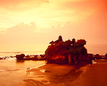 The Tanolot Temple at sunset on the island of Bali, Indonesia, Asia *** Local Caption ***