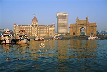 Waterfront, the Taj Mahal Intercontinental Hotel and the Gateway to India, Mumbai, previously called Bombay, Maharashtra State, India