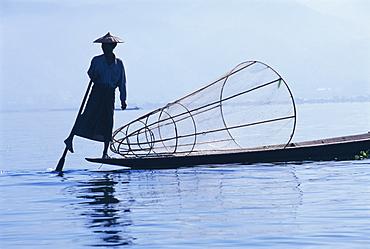 Intha fisherman, leg-rowing, Inle Lake, Shan State, Myanmar (Burma), Asia