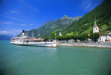 Lake steamer crossing Vierwaldstattersee, Fluelen, Switzerland, Europe *** Local Caption ***