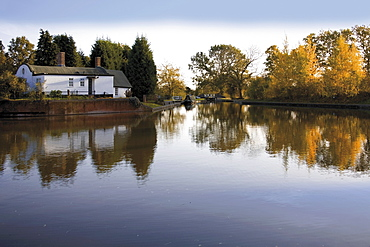 Barrel Roof Cottage Junction Basin, the Stratford and Grand Union Canals, Kingswood Junction, Lapworth, Warwickshire, Midlands, England, United Kingdom, Europe