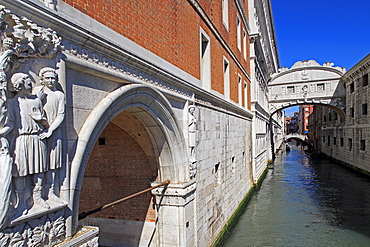 Bridge of Sighs with Doge's Palace, Venice, UNESCO World Heritage Site, Veneto, Italy, Europe
