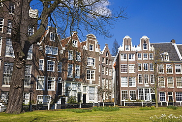 Begijnhof, a beautiful square of 17th and 18th century houses, Amsterdam, Netherlands, Europe