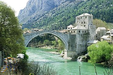 The Turkish Bridge over the River Neretva dividing the town, Mostar, Bosnia, Bosnia-Herzegovina, Europe