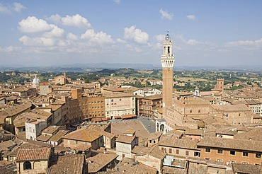 View of the Piazza del Campo and the Palazzo Pubblico with its amazing bell tower, Siena, UNESCO World Heritage Site, Tuscany, Italy, Europe