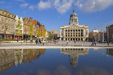 Council House reflected in the infinity pool, and fountains in the newly renovated Old Market Square in the city centre, Nottingham, Nottinghamshire, England, United Kingdom, Europe