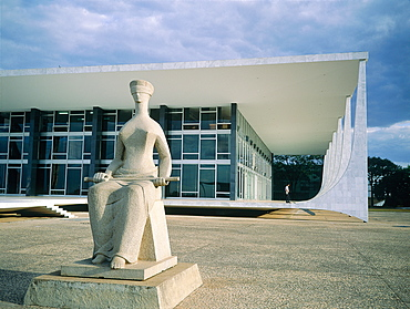 Brazil, Goias, Brasilia, The Administrative Capital Created Par President Kubitschek And Designed By Brasilian Town Planner Lucio Costa & Architect Oscar Niemeyer, The Ministry Of Justice And Blinded Allegoric Statue In Fore