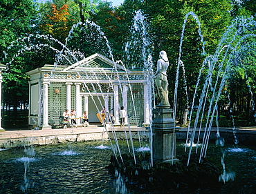Russia, St-Petersburg, Pedrovorets, Peterhof Palace And Park (Architect Leblond)Fountain And Musicians Playing Folkloric In Struments