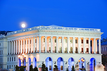Moon rising over National Music Academy, Maidan Nezalezhnosti (Independence Square), Kiev, Ukraine, Europe