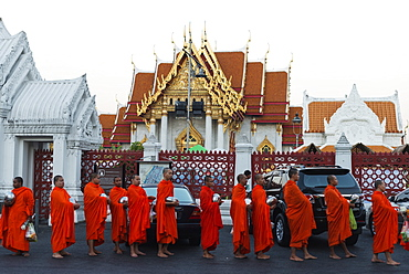 Monks collecting morning alms, The Marble Temple (Wat Benchamabophit), Bangkok, Thailand, Southeast Asia, Asia