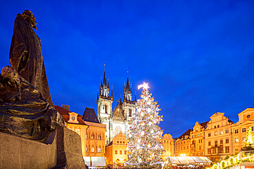 Christmas market in Old Town Square, Church of Our Lady Before Tyn, UNESCO World Heritage Site, Prague, Czech Republic, Europe