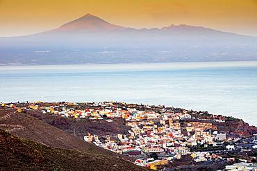 San Sebastian de la Gomera town, Tenerife in the background, San Sebastian de la Gomera, UNESCO Biosphere Site, La Gomera, Canary Islands, Spain, Atlantic, Europe