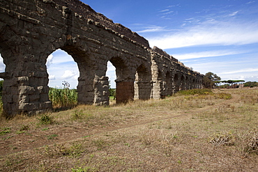 Acqua Claudia (Claudia Aqueduct), built by Caligola in 38 BC, completed by Claudio in 52 BC, Rome, Lazio, Italy, Europe