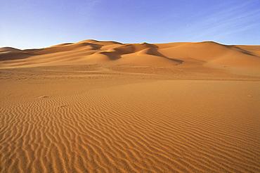 Ripples in sand and sand dunes, Erg Murzuq, Sahara Desert, Fezzan, Libya, North Africa, Africa