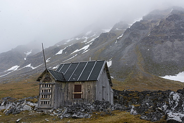 Old abandoned cabin, Varsolbukta, Bellsund bay, Van Mijenfjorden, Spitsbergen, Svalbard Islands, Arctic, Norway, Europe