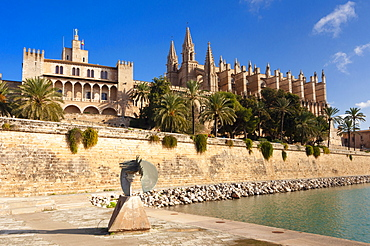 Royal Palace of La Almudaina and Cathedral of Santa Maria of Palma (La Seu), Palma de Mallorca, Majorca, Balearic Islands, Spain, Mediterranean, Europe
