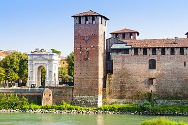 Castelvecchio fortress dating from 1355, River Adige, and Arco dei Gavi, Verona, UNESCO World Heritage Site, Veneto, Italy, Europe